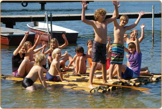 Kindergruppe am Badesee in Brandenburg
